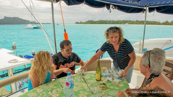 Hôtesse de bord catamaran en Polynésie