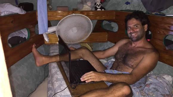 Pat au boulot derrière son PC